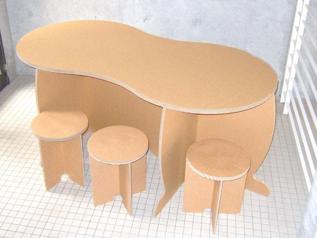 強化ダンボール製テーブル「ピーナッツ」と椅子